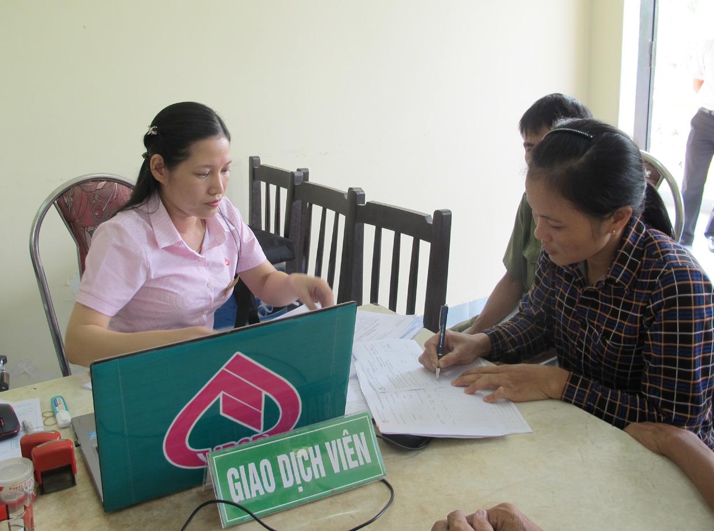 Hội viên phụ nữ làm thủ tục vay vốn từ Ngân hàng Chính sách xã hội