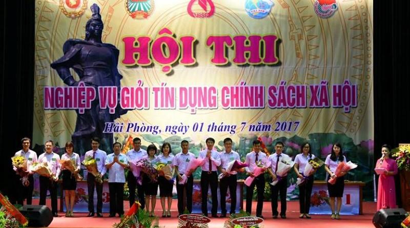 Ban tổ chức tặng hoa cho đại diện các đội tham gia dự thi
