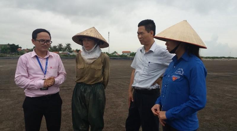Đoàn công tác NHCSXH TP tìm hiểu nhu cầu vay vốn mở rộng sản xuất hộ chị Tô Thị Thuyết