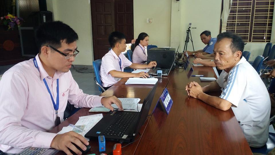 Bác Tô Đình Trịch (phải) đã gửi gắm niềm tin vào PGD NHCSXH huyện Cát Hải