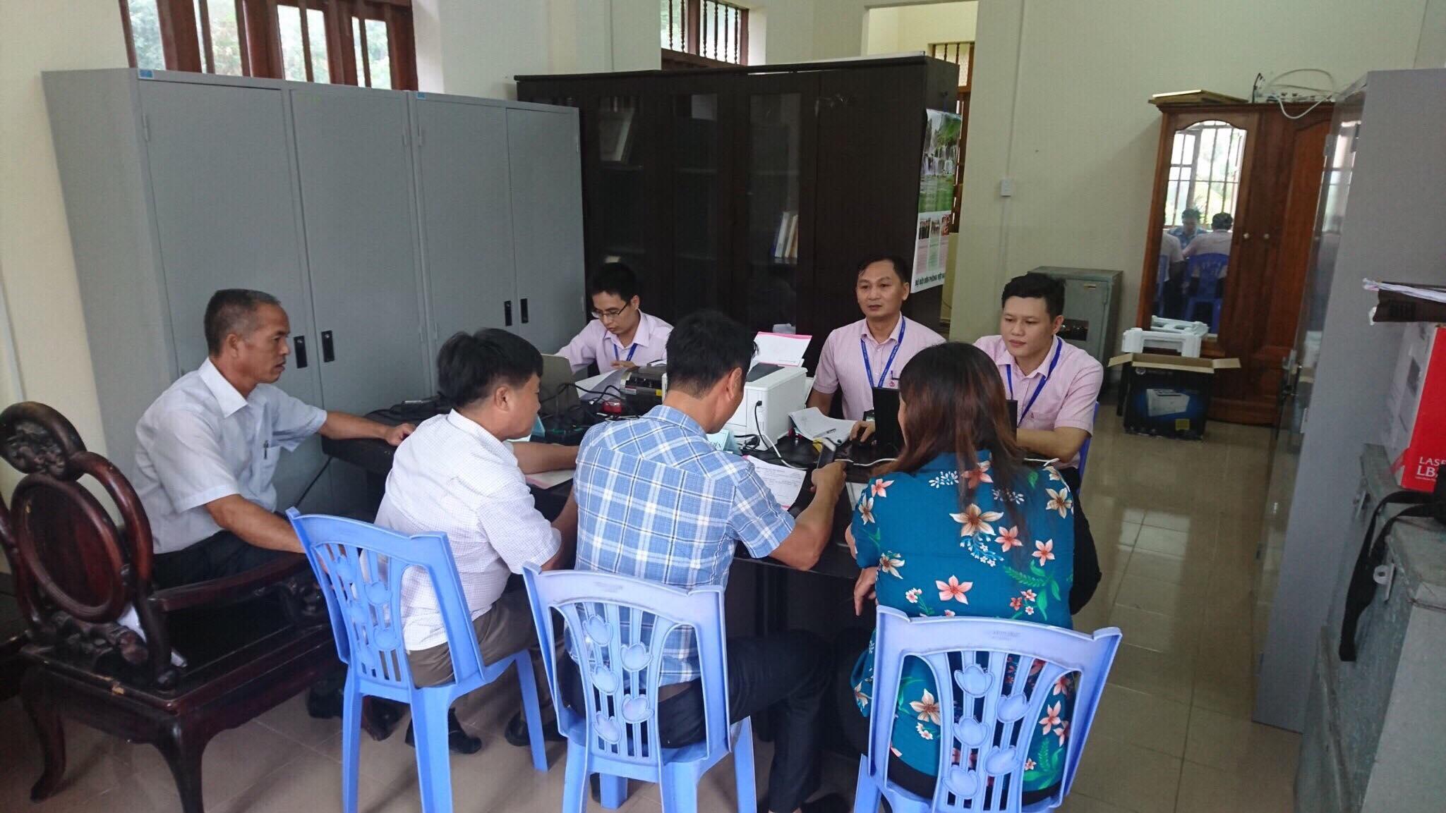 Cán bộ NHCSXH Hải Phòng giải ngân vốn vay tại huyện Bạch Long Vỹ ngày 9-2-2018.