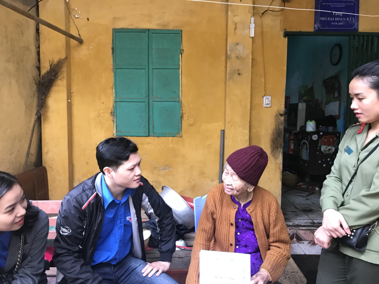 Gia đình bà Bùi Thị Tập ngoài 90. Nuôi con gần 70 tuổi bị thần kinh.