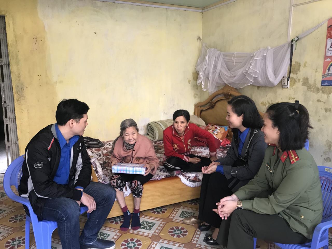 Gia đình bà Ngô Thị Tẹo sinh năm 1945. Thuộc đối tượng hộ nghèo, bản thân bà Tẹo ốm đau bệnh tật không có chế độ gì, nuôi con gái sinh năm 1975 bị tâm thần và cháu trai vừa xuất ngũ về chưa xin được việc làm.
