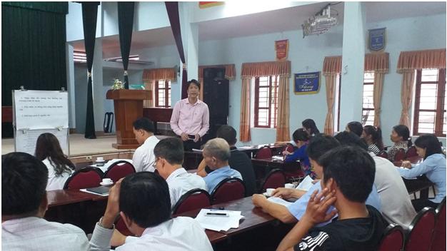 Ông Đinh Quang Hưng – Giám đốc NHCSXH huyện phổ biến và giải đáp một số vướng mắc của các học viên.