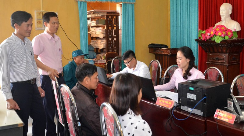 Cán bộ phòng giao dịch NHCSXH huyện Tiên Lãng giải ngân vốn vay thông qua các buổi giao dịch ở cơ sở.  Ảnh: Trung Kiên