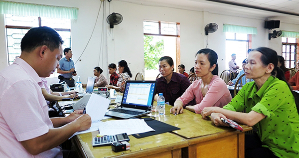 NHCSXH huyện Thủy Nguyên giải ngân vốn vay tại Điểm giao dịch xã